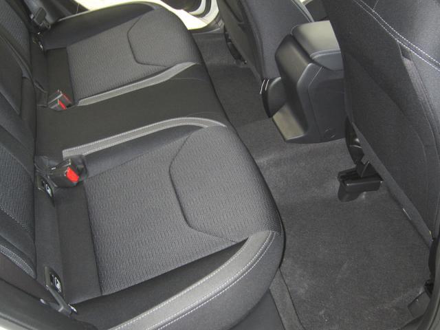 ボディ内側に優れた吸音材を採用、また遮音性の高いガラスを使用するなど、室内空間の静粛性にもこだわっています。前、後席間の会話もスムーズで、移動時間中の車内が愉しくなります。