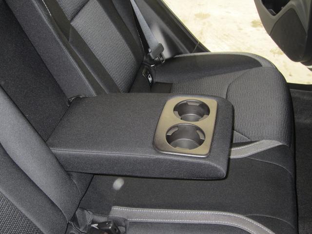 リヤシートセンターアームレスト。2つのカップホルダーも装備し、後部座席に座る方もゆったりと快適に過ごして頂くことが出来ます!