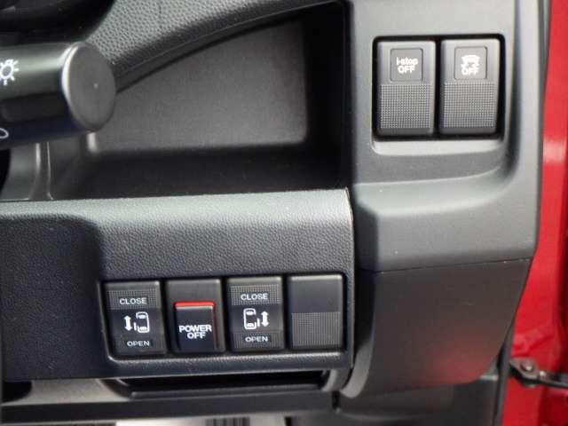 後席は電動スライドドアで便利です。運転席からも操作できますよ。