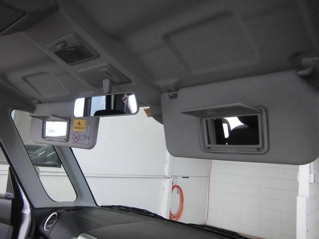 運転席と助手席のサンバイザーには身だしなみのチェックやお化粧直しに便利な鏡を装備。