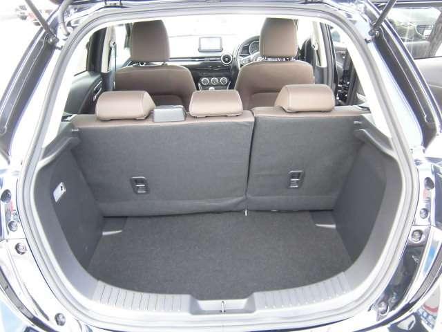 大きな開口部で荷物の積み下ろしもしやすいトラック。