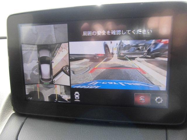 360度ビューカメラを搭載。4方の小型カメラの映像を処理し、車両真上からの映像に変換しています