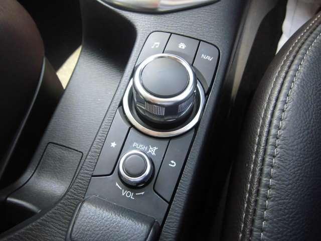手元のコマンダーでナビやオーディオ、などのマツダコネクトを操作可能です。タッチパネルでも操作は可能ですが、手元の動きだけで大丈夫なので、前のめりにならず、より安全に操作を行なって頂けます。