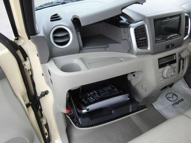 上部は小物収納スペース 下部は車検証ケース等大きなsyy脳スペース