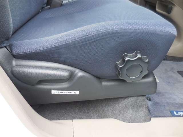 運転席シートは、前後や背もたれの角度だけではなく、高さも調整できる優れものです!