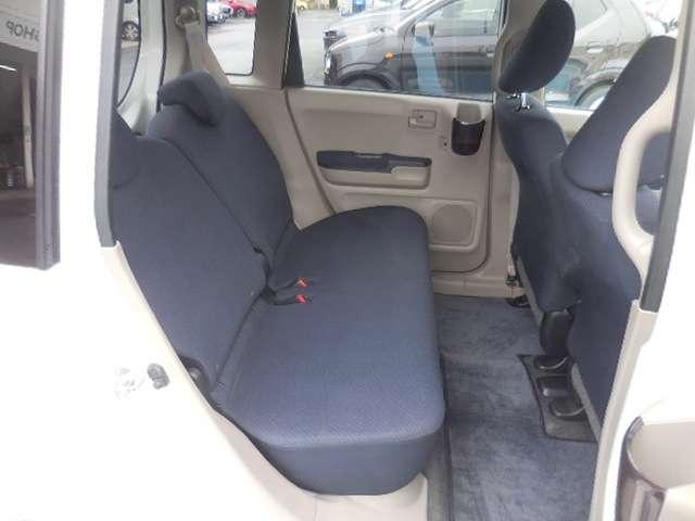 後部座席は、足元が広く、背もたれのリクライニングも可能ですので、前席同様、寛いだ体勢でお乗り頂けます。