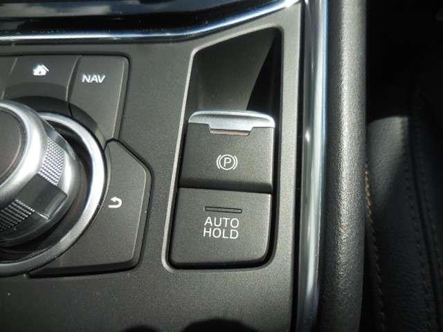 【電動パーキング(EPB)】の採用。 ボタンひとつの操作で十分な制動力を確保。またアクセルを踏むことで、パーキングブレーキを自動解除できて非常に便利です。