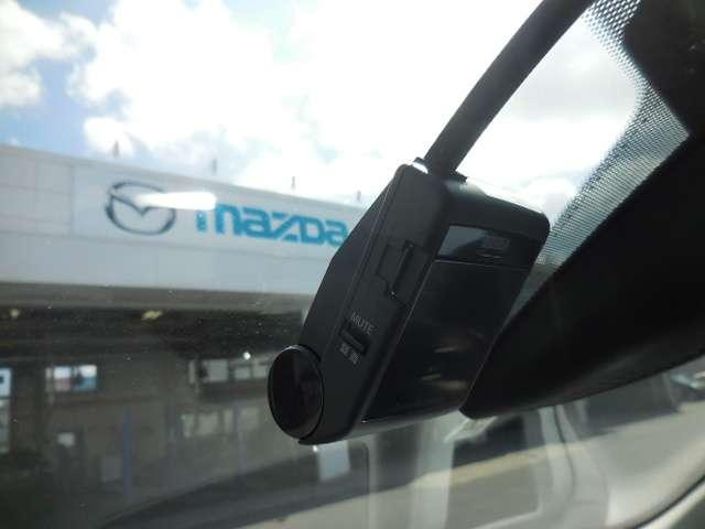 道路状況を克明に記録するドライブレコーダーを装備。