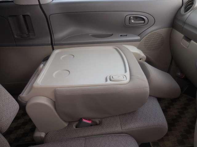 助手席のシートは90度倒すことができます。テーブルのようにご使用頂けます。