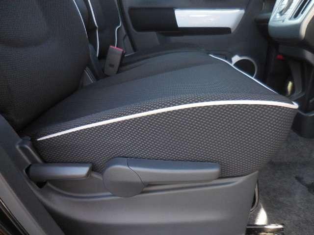 座ったままシート調節ができるラチェット式リフターや、前後調節までできるステアリングなど、お好みのシートポジションが取れます。