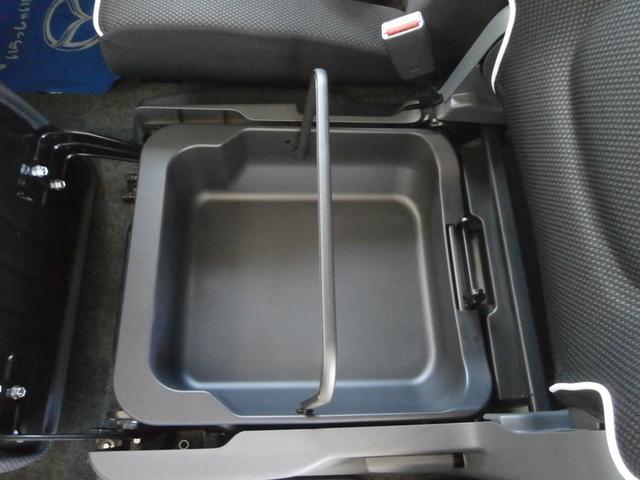 助手席のシートの下には、取り外しが可能なバスケットになっており持ち運びも可能です。