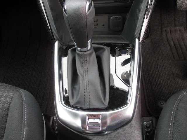 運転席横のカップホルダー付き。