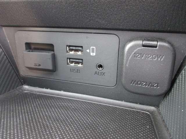 USB端子2基。アップルカープレイにも対応しています。