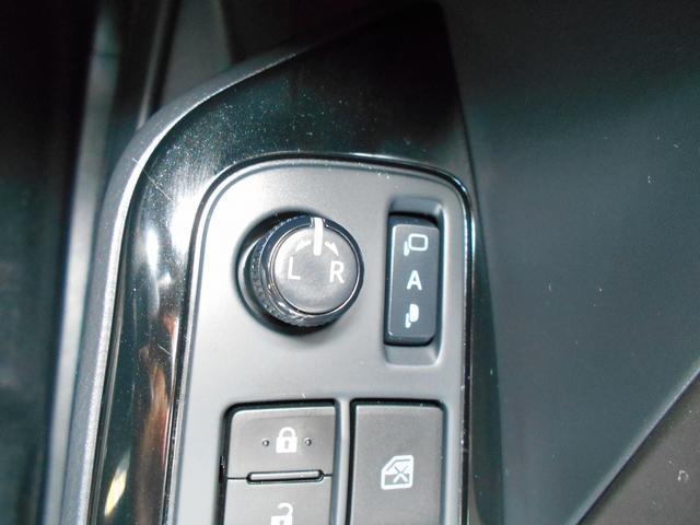 オート開閉タイプの電動格納式ドアミラー付き