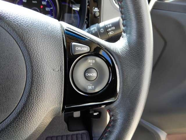 高速道路などスピードを出して走行する時に一定の速度を保って走る事ができる装置です。ハンドル操作に集中することができます。