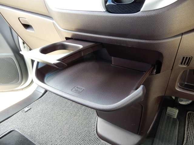 【スライドセンタートレー(ドリンクホルダー付)】運転席からも助手席からも自在に使える引き出し式のトレーは便利ですね。