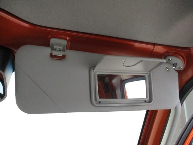 運転席サンバイザーにはミラーも装備されております☆