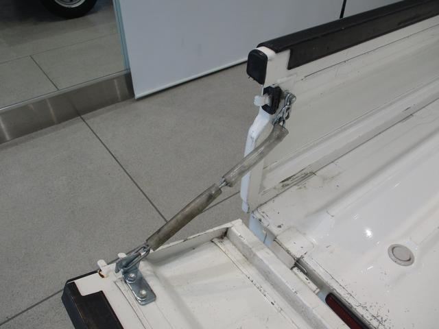 スタンダード 4WD 5速ミッション タイミングチェーン パートタイム4WD 車検整備付き 5速ミッション車 バッテリーカバー エアコン パワステ エアバッグ テールゲートチェーン ゲートプロテクター 走行距離26,300km台(8枚目)