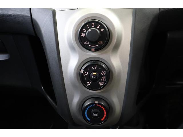 ダイヤル式のマニュアルエアコンです。ボタンの配置はわかりやすく、シンプルで操作性に優れています。