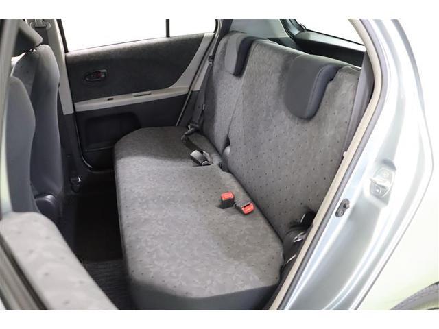 膝周りや足元の空間が広く座りやすい後部座席です。シートは通気性が良く蒸れにくいモケットです。滑りにくくしっかりと身体にフィットしてくれます。