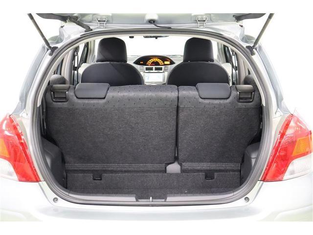 開口部分が大きく荷物の出し入れがしやすいラゲッジスペースです。6:4分割の後部座席は使う分だけ倒せますよ。