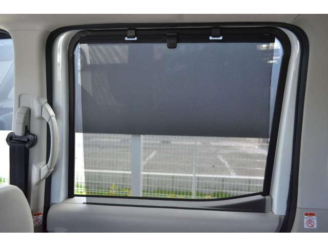 リアガラスには収納式ロールサンシェードが装備されます。