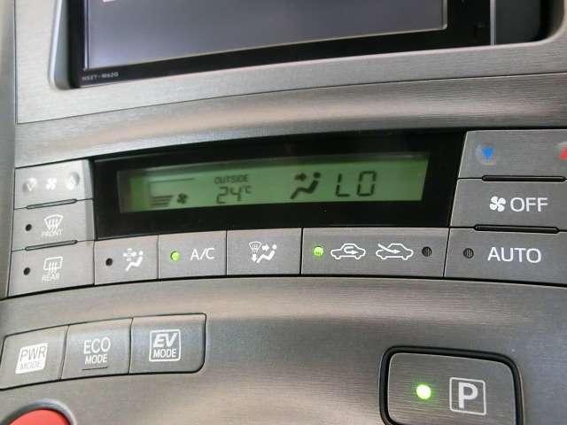 オートエアコン 自動車室内の希望温度を設定すると、自動的にヒーターやクーラーの温度調整や風量調整などを行ってくれる快適装備です!