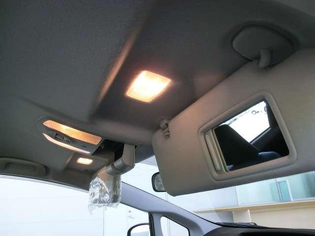 あると便利な照明つきバニティミラー!車外へ出る前にお顔をチェック!