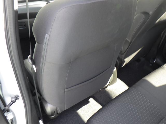助手席シート背面にポケットを装備