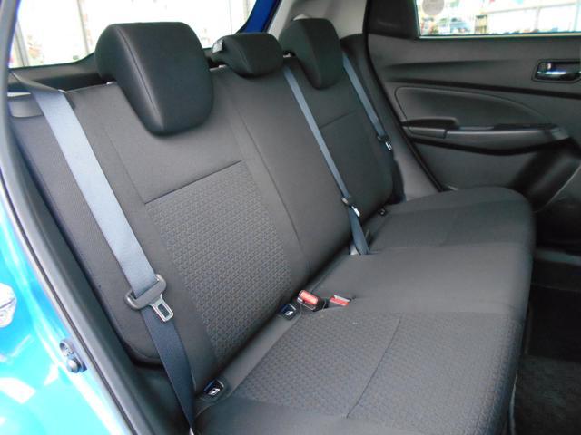 ゆとりあるリヤシート空間。5人乗車時も快適なドライブが楽しめます。