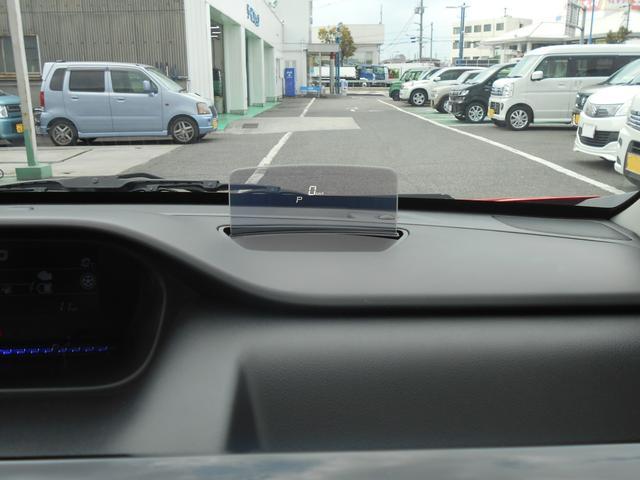 運転席前方のダッシュボード上に『ヘッドアップディスプレイ』を採用。ドライバーの視線上に車速などの各種情報を表示し、安全運転に貢献します。