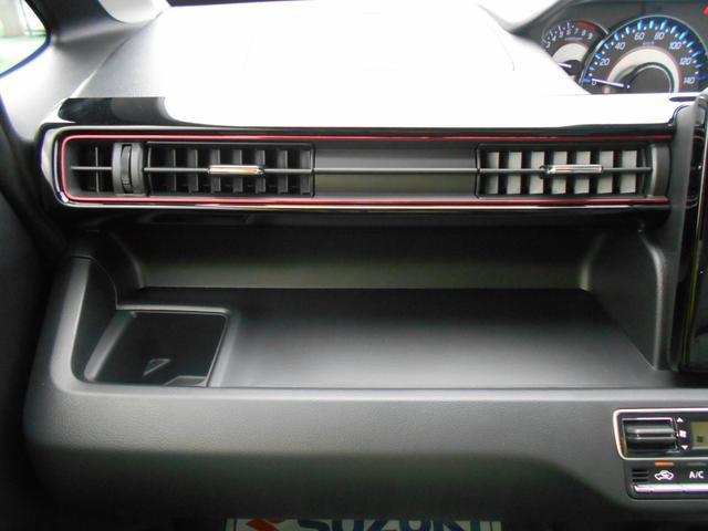 ボックスティッシュなどが置ける、助手席オープントレー。