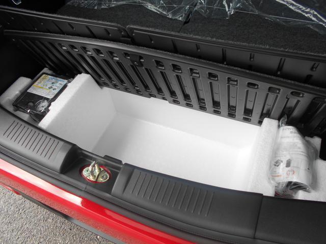 ラゲッジボード下に収納スペースを設置。パンク修理キットなども搭載されております。