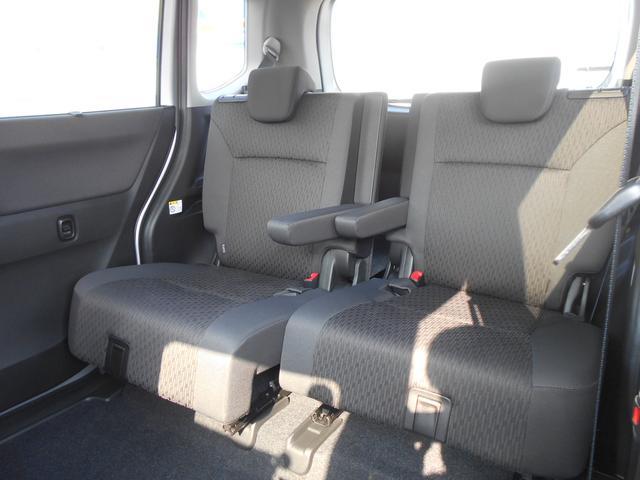 リヤシートにも前後スライド機能があります。乗車人数、状況に応じての調節が可能です!