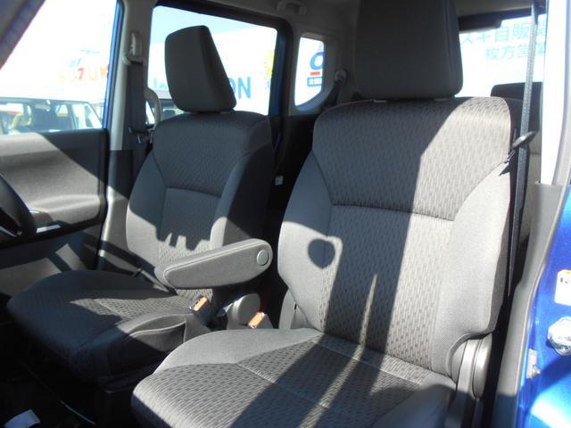 セパレートタイプのフロントシート。運転席アームレストを装備しております。