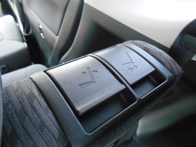 リヤシートバック肩部に、スライド&リクライニング操作レバーを設置。荷室側からのリヤシート操作が可能です。
