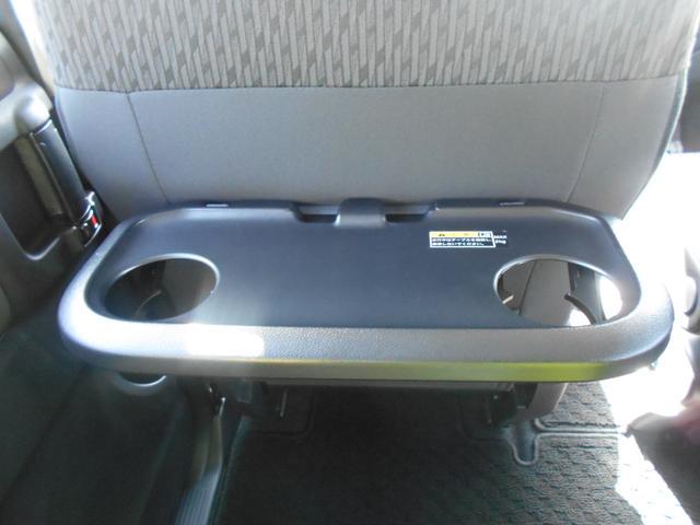 後部座席用に、格納式パーソナルテーブルを運転席・助手席のシートバックに装着。