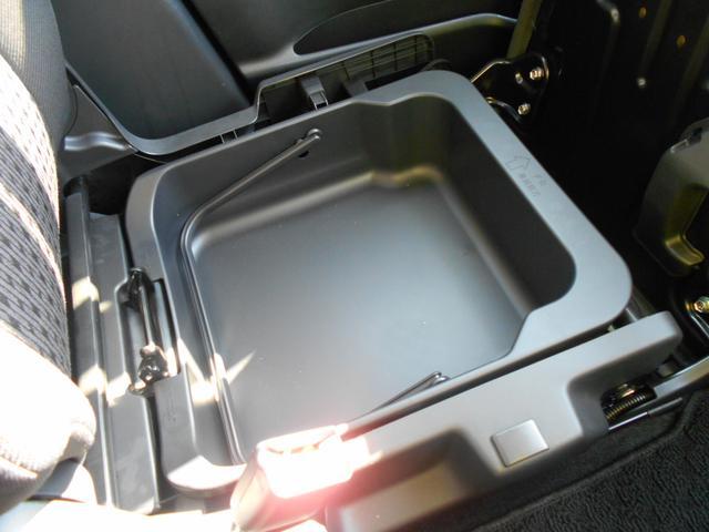 車検証入れなどが収納できる、助手席シートアンダーボックス。