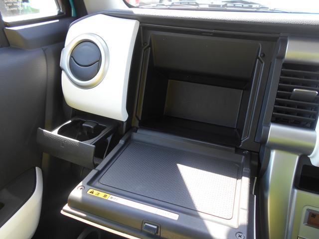 停車中にテーブルとして使用できるインパネボックス。