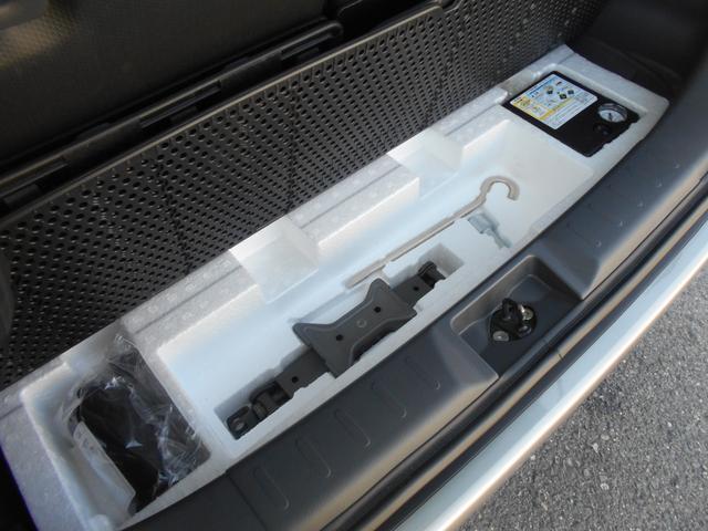 ラゲッジフロア下に、パンク修理キットや電動コンプレッサーなどの緊急工具を積み込んでおります。