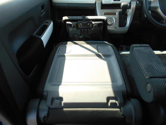 助手席シートバックを前方に倒すと、停車中に使えるテーブルに早変わり♪