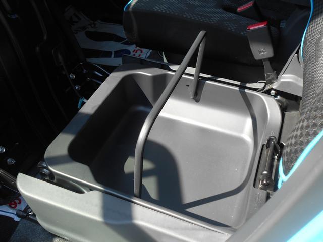 助手席シート下に、車検証入れなどが収納できる、シートアンダーボックスを装備。