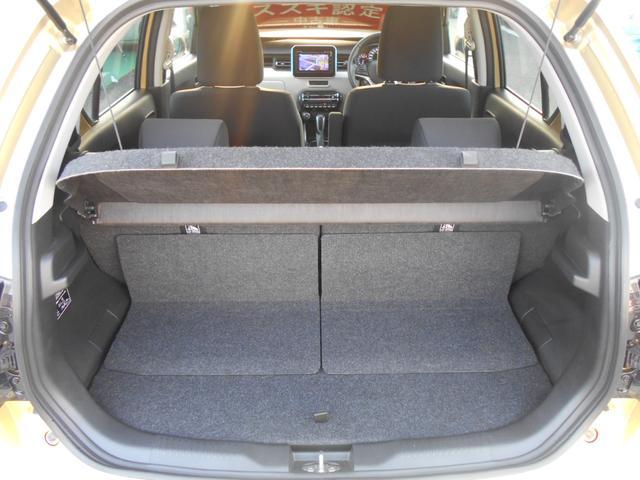 ラゲッジシェルフ装備。車外からの視線を遮り、プライバシーを守ります。