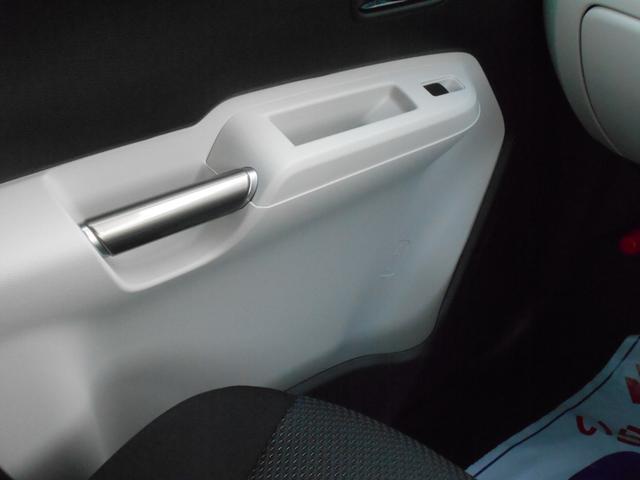前席足元にも、ペットボトルを立てられます。