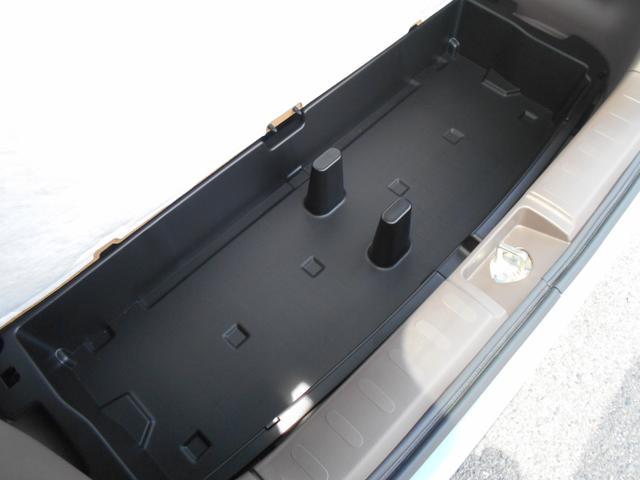 荷室下にも収納できます♪取外しと丸洗いができる 収納BOXを装備しています。