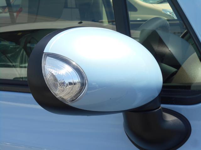 歩行者や対向車からの視認性の良い、LEDサイドターンランプ付ドアミラー。