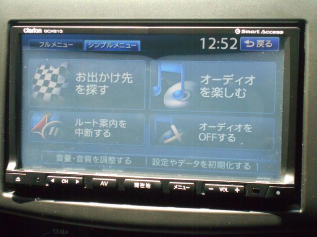 フルセグTVやDVD再生に対応した クラリオン製メモリーナビを装備しています。