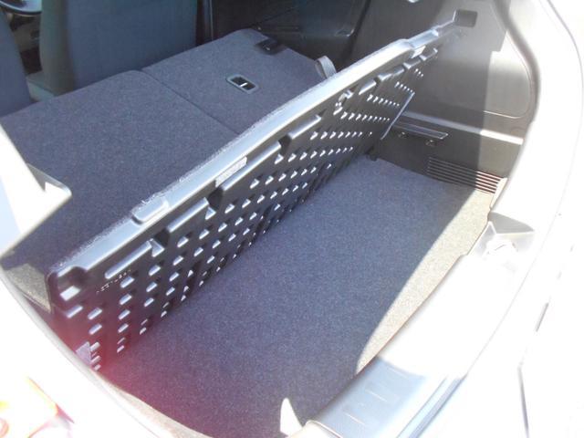 ラゲッジボードは立てることができ、サブトランクに収納した荷物を出し入れする際に便利です!