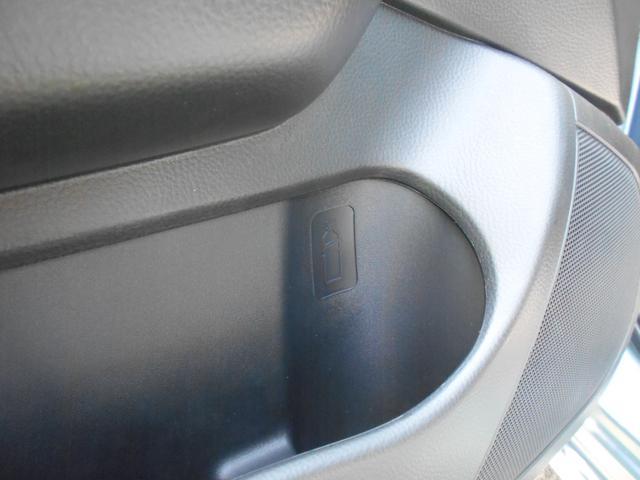 運転席・助手席どちらにもドリンクホルダーを備えています。