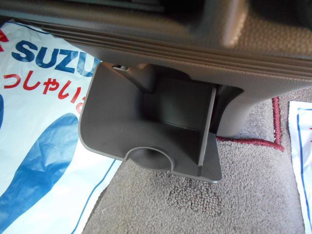 足元に収納があります。運転席から手の届く位置に 使いやすい収納があり便利です!